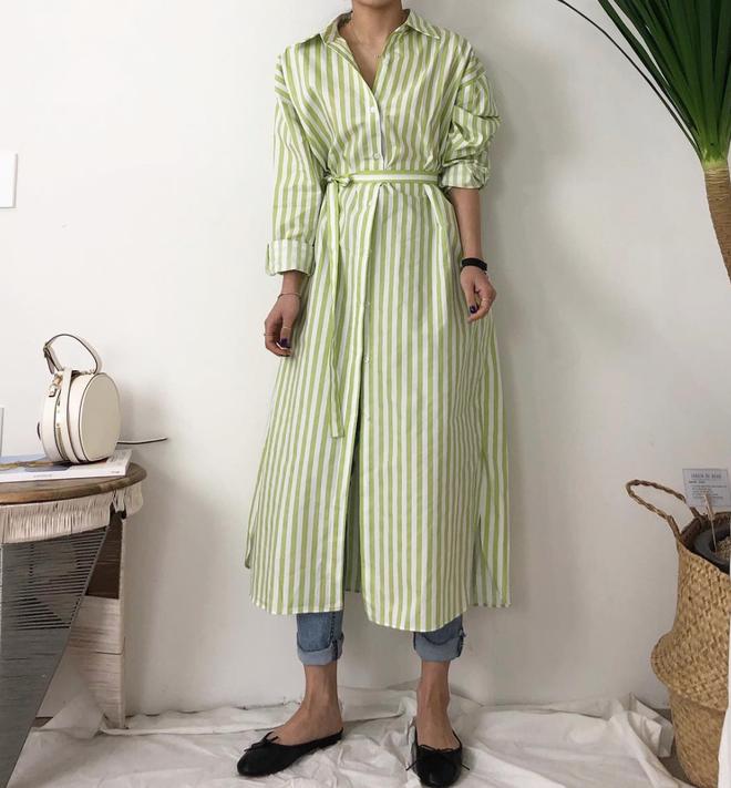 Trong loạt kiểu váy kẻ đang hot dịp đầu hè 2018, váy sơ mi vẫn là món đồ dễ mặc và luôn đẹp  - Ảnh 5.
