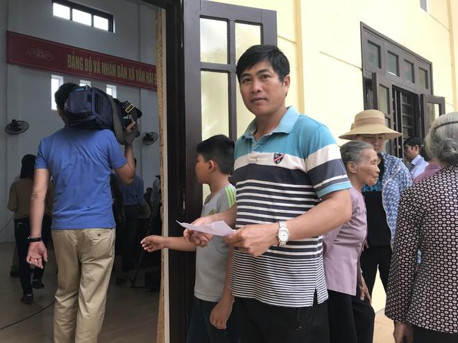 Hàng trăm người dân ở nơi đã đăng ký hiến giác mạc được thăm khám miễn phí - Ảnh 2.