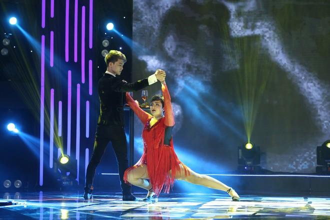 Mỹ nữ ngàn cân Tố Tố tóc ngắn lạ lẫm, nhảy múa cực sung bên Bùi Anh Tuấn  - Ảnh 2.