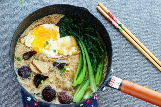 15 phút nấu mì trứng nấm nóng hổi cho bữa sáng ngon bất ngờ - Ảnh 5.