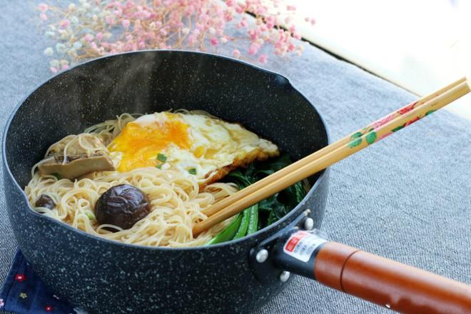 15 phút nấu mì trứng nấm nóng hổi cho bữa sáng ngon bất ngờ - Ảnh 6.