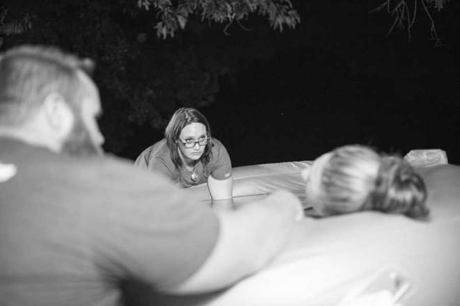 Bà mẹ vừa ngắm hoàng hôn vừa vượt cạn bình yên ngay trong khu vườn nhà mình - Ảnh 8.