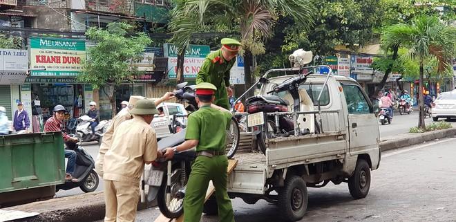 Vụ xe điên ở cổng BV Bạch Mai: Cô gái 30 tuổi bị đâm tử vong khi qua đường mua cơm cho mẹ - Ảnh 4.