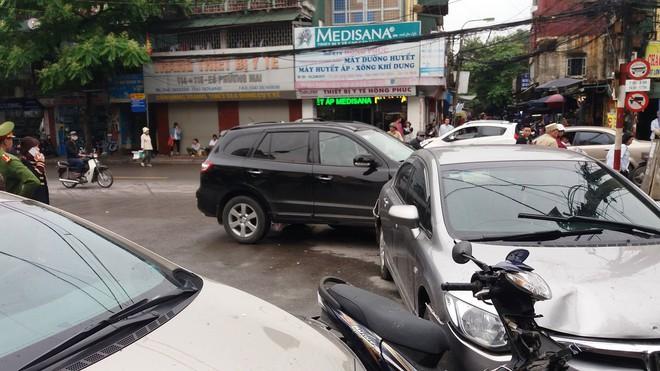 Vụ xe điên ở cổng BV Bạch Mai: Cô gái 30 tuổi bị đâm tử vong khi qua đường mua cơm cho mẹ - Ảnh 5.