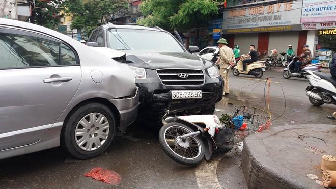 Vụ xe điên ở cổng BV Bạch Mai: Cô gái 30 tuổi bị đâm tử vong khi qua đường mua cơm cho mẹ - Ảnh 7.