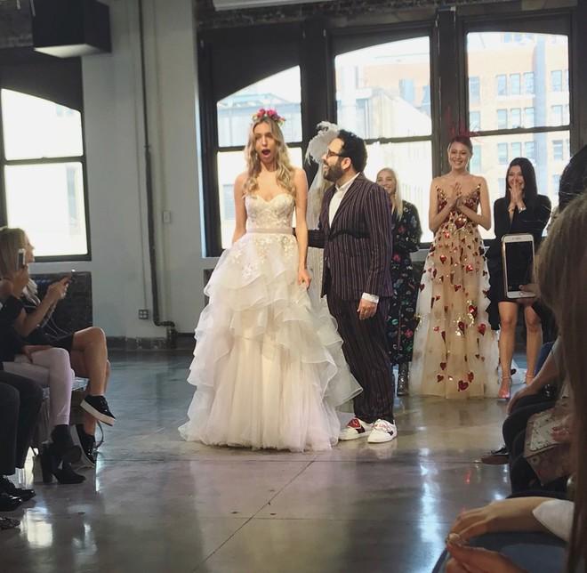 Chưa từng xảy ra: Người mẫu được cầu hôn khi đang trình diễn váy cưới - Ảnh 2.