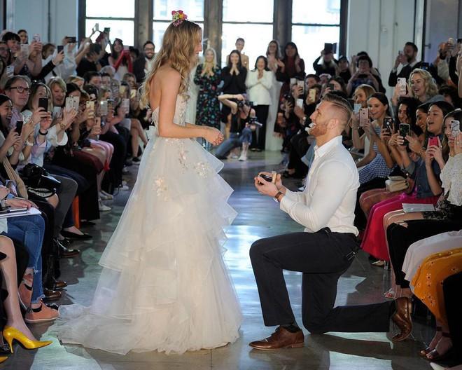 Chưa từng xảy ra: Người mẫu được cầu hôn khi đang trình diễn váy cưới - Ảnh 3.