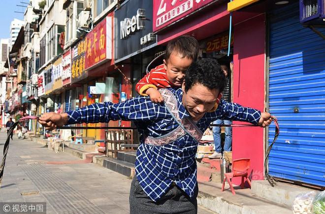 Xót xa chuyện người đàn ông bị vợ bỏ rơi, mỗi ngày dùng 15kg gạch đè lên chân đứa con 5 tuổi để chữa bỏng - Ảnh 5.