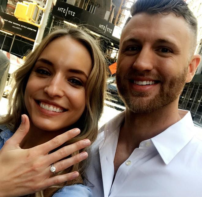 Chưa từng xảy ra: Người mẫu được cầu hôn khi đang trình diễn váy cưới - Ảnh 5.