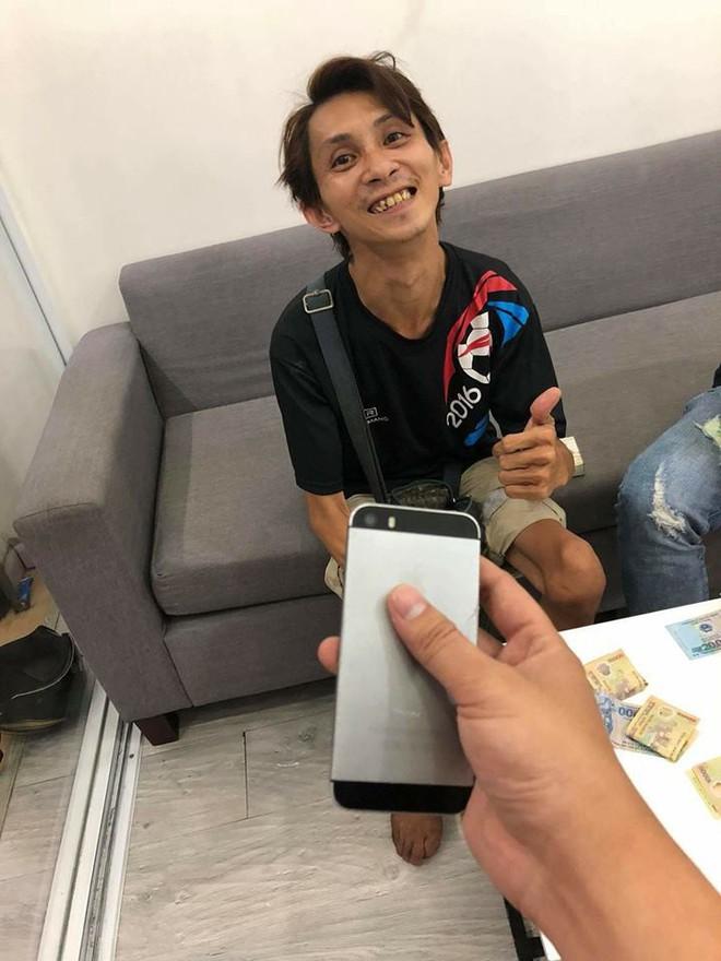 Chàng trai đi xe lăn bán vé số gom tiền nửa năm mua iPhone 5 và cái kết khiến dân mạng cảm động - ảnh 3