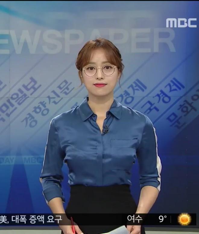 Đeo kính khi dẫn chương trình, nữ MC Hàn Quốc được netizen ngợi khen khi đi ngược chuẩn mực vẻ đẹp - Ảnh 1.