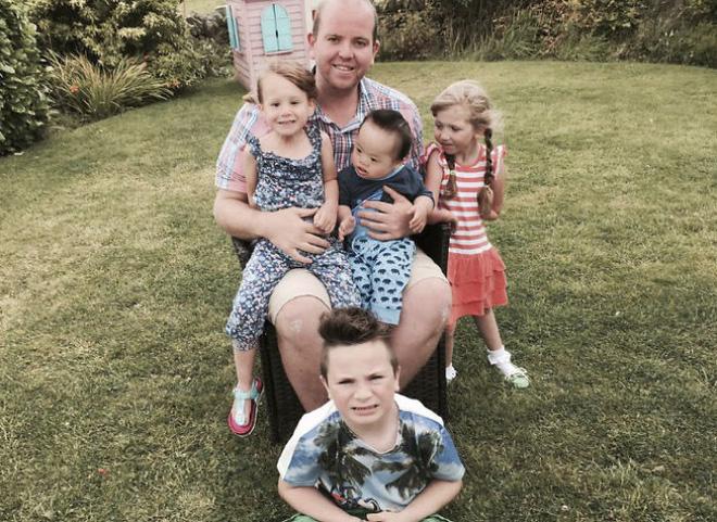 Người cha đồng tính nhận nuôi 4 con khuyết tật suốt 10 năm: Họ hỏi rằng con tôi cũng sẽ bê đê à hay tôi làm thế chỉ vì tiền - Ảnh 1.