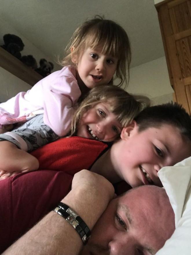 Người cha đồng tính nhận nuôi 4 con khuyết tật suốt 10 năm: Họ hỏi rằng con tôi cũng sẽ bê đê à hay tôi làm thế chỉ vì tiền - Ảnh 9.
