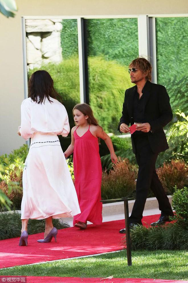 Công chúa của Beckham, Harper diện váy dài thướt tha đi dự tiệc cùng mẹ - Ảnh 1.