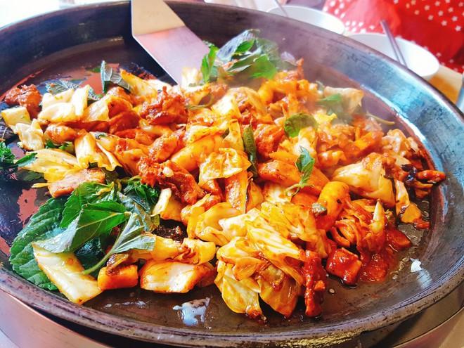 Mê Dak galbi nhưng bạn có biết món gà xào bắp cải này từng là món ăn của sinh viên nghèo xứ Hàn? - ảnh 7