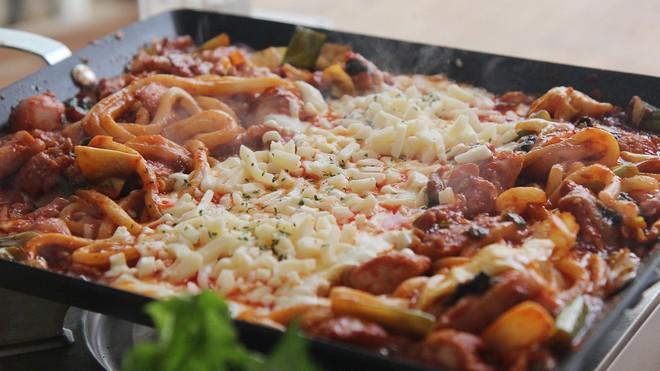 Mê Dak galbi nhưng bạn có biết món gà xào cay này từng là món ăn của sinh viên nghèo xứ Hàn - Ảnh 8.