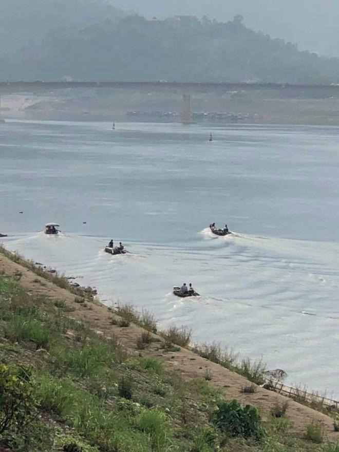 Hòa Bình: Nam thanh niên đang đi trên cầu bất ngờ gieo mình xuống sông Đà - ảnh 1