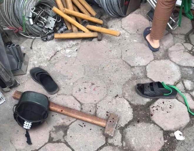 Hà Nội: Người đi đường hoảng sợ chứng kiến nam thanh niên cầm búa tự đập vào đầu - ảnh 2