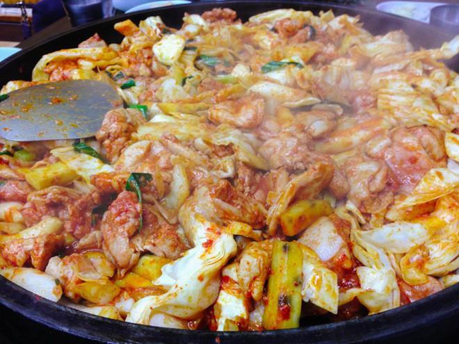 Mê Dak galbi nhưng bạn có biết món gà xào bắp cải này từng là món ăn của sinh viên nghèo xứ Hàn? - ảnh 9
