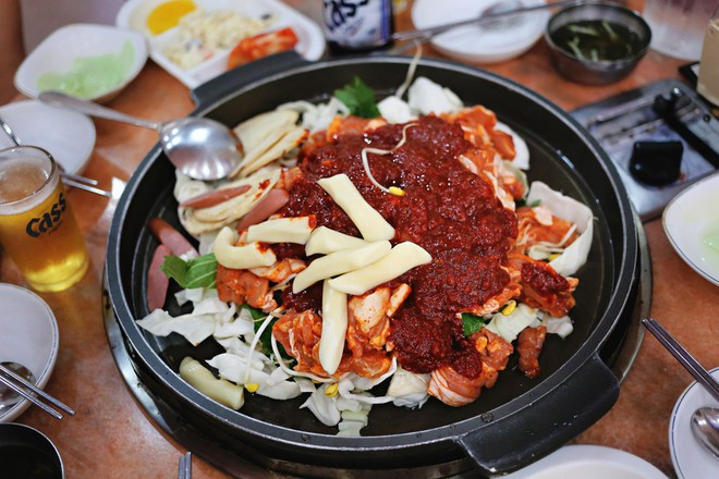 Mê Dak galbi nhưng bạn có biết món gà xào cay này từng là món ăn của sinh viên nghèo xứ Hàn - Ảnh 7.