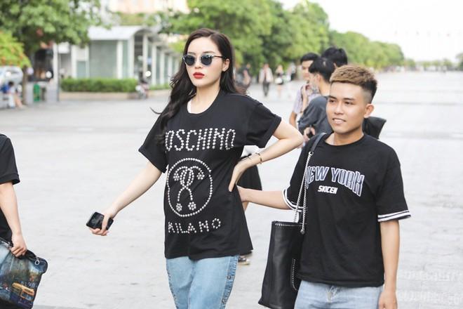 Trấn Thành, Trường Giang, Hoa hậu Kỳ Duyên, Hương Giang bất ngờ vác bụng bầu vượt mặt làm náo loạn đường phố - Ảnh 1.