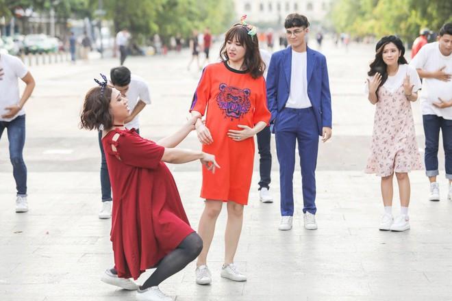 Trấn Thành, Trường Giang, Hoa hậu Kỳ Duyên, Hương Giang bất ngờ vác bụng bầu vượt mặt làm náo loạn đường phố - Ảnh 3.