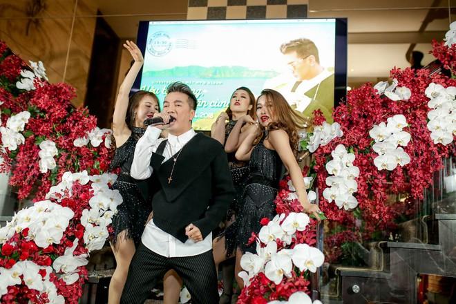 Bỏ 100 triệu mua Album, Dương Triệu Vũ được Đàm Vĩnh Hưng hôn má - Ảnh 6.