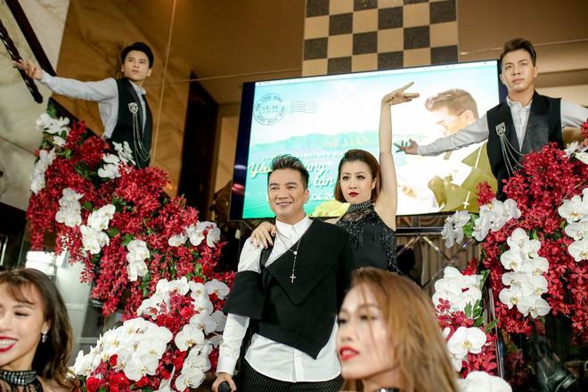 Bỏ 100 triệu mua Album, Dương Triệu Vũ được Đàm Vĩnh Hưng hôn má - Ảnh 7.