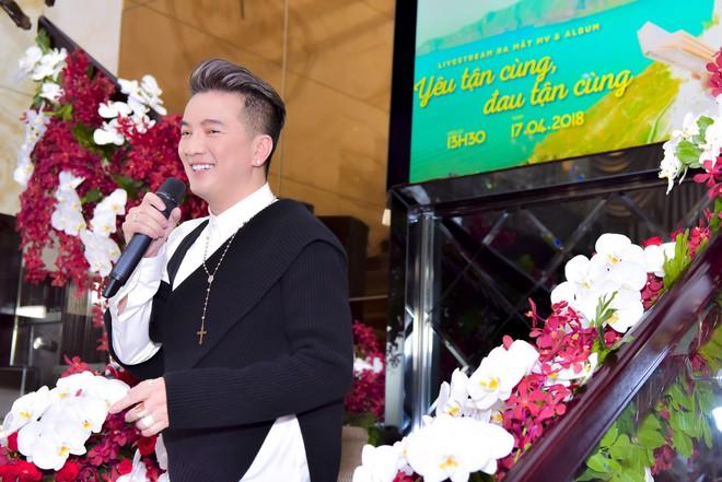 Bỏ 100 triệu mua Album, Dương Triệu Vũ được Đàm Vĩnh Hưng hôn má - Ảnh 1.