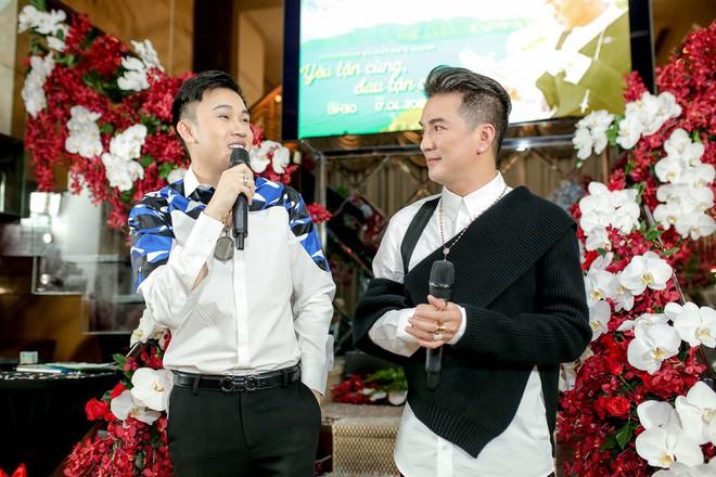Bỏ 100 triệu mua Album, Dương Triệu Vũ được Đàm Vĩnh Hưng hôn má - Ảnh 3.