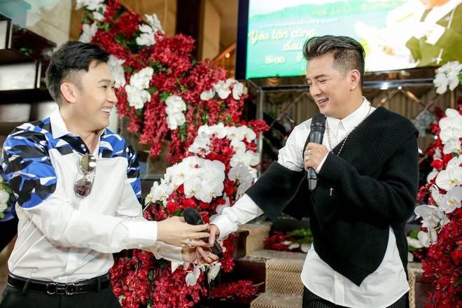 Bỏ 100 triệu mua Album, Dương Triệu Vũ được Đàm Vĩnh Hưng hôn má - Ảnh 4.