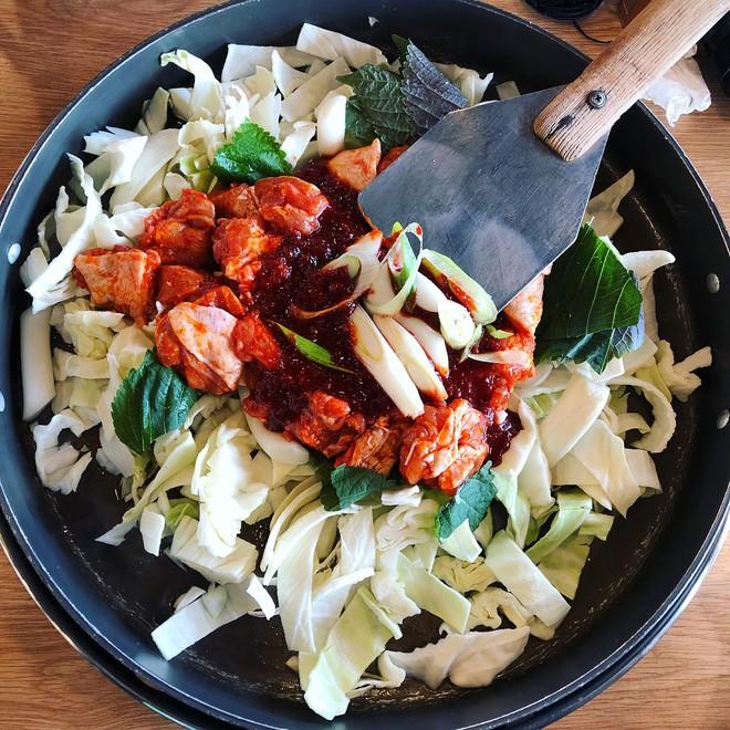Mê Dak galbi nhưng bạn có biết món gà xào bắp cải này từng là món ăn của sinh viên nghèo xứ Hàn? - ảnh 4