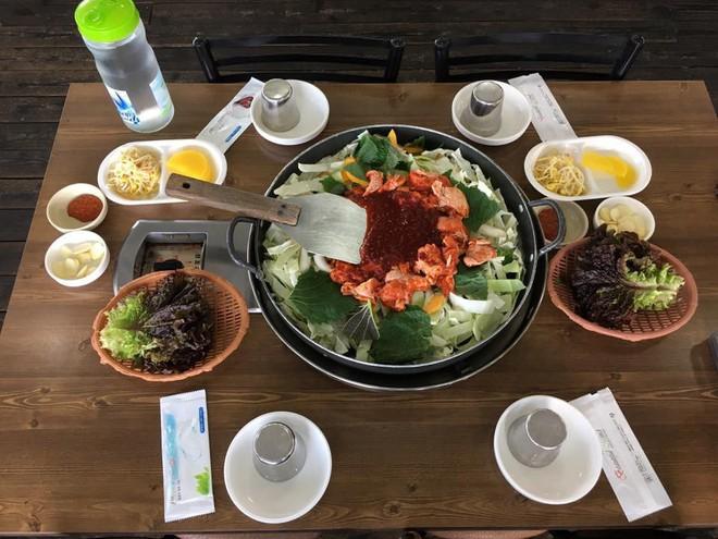 Mê Dak galbi nhưng bạn có biết món gà xào bắp cải này từng là món ăn của sinh viên nghèo xứ Hàn? - ảnh 3
