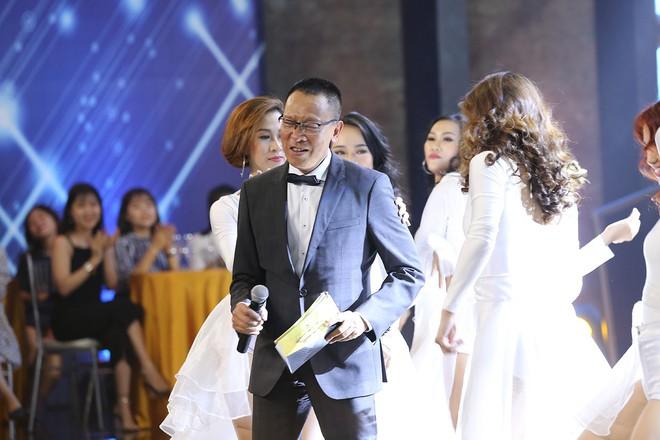 Nhà báo Lại Văn Sâm hóa bố già chất lừ bên Hoa hậu Kỳ Duyên  - Ảnh 9.