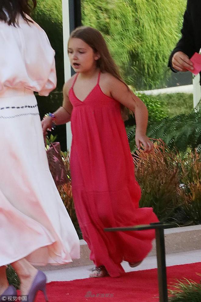 Công chúa của Beckham, Harper diện váy dài thướt tha đi dự tiệc cùng mẹ - ảnh 3