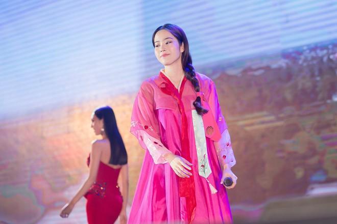 Nam Em diện hanbok, chính thức hát trở lại sau ồn ào tình ái với Trường Giang - Ảnh 1.