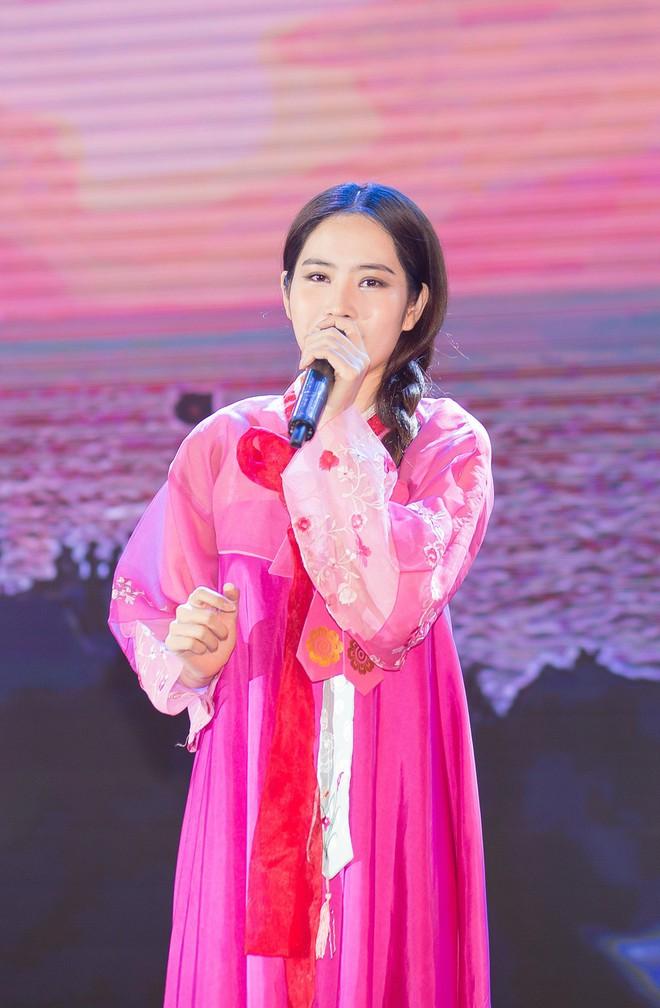 Nam Em diện hanbok, chính thức hát trở lại sau ồn ào tình ái với Trường Giang - Ảnh 3.