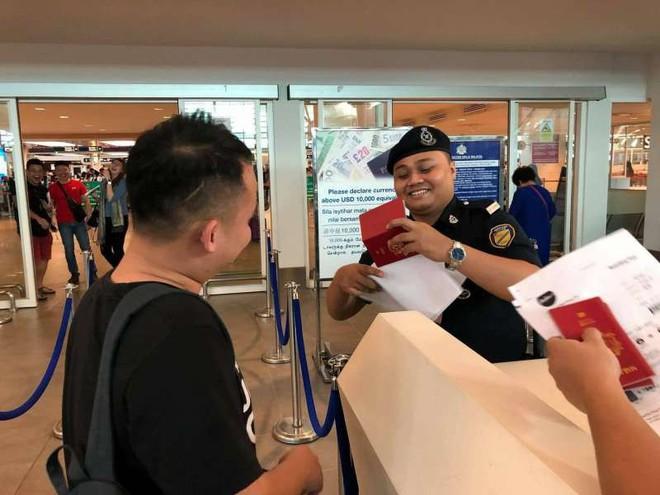 Du lịch tới Việt Nam, chàng trai trẻ người Malaysia bị bạn thân chơi khăm một vố dở khóc dở cười - Ảnh 2.