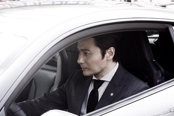 Choáng với ảnh hậu trường của tài tử Jang Dong Gun: Có ai da nhăn nheo nhưng vẫn đẹp cực phẩm như thế này? - ảnh 2