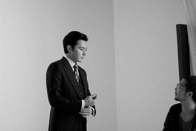 Choáng với ảnh hậu trường của tài tử Jang Dong Gun: Có ai da nhăn nheo nhưng vẫn đẹp cực phẩm như thế này? - ảnh 11