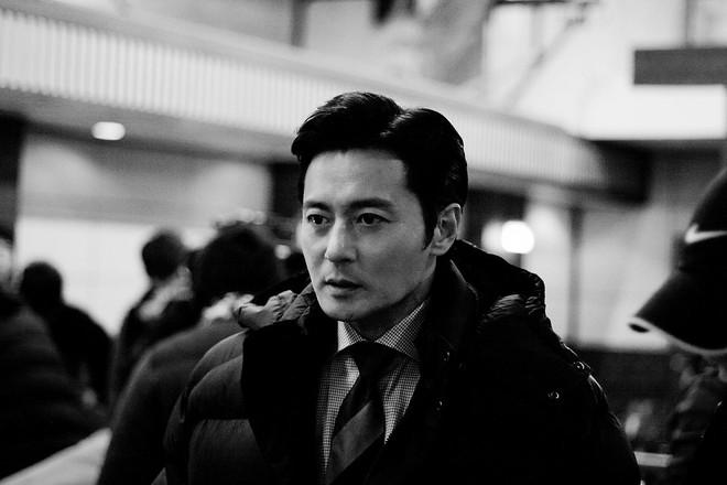 Choáng với ảnh hậu trường của tài tử Jang Dong Gun: Có ai da nhăn nheo nhưng vẫn đẹp cực phẩm như thế này? - ảnh 4