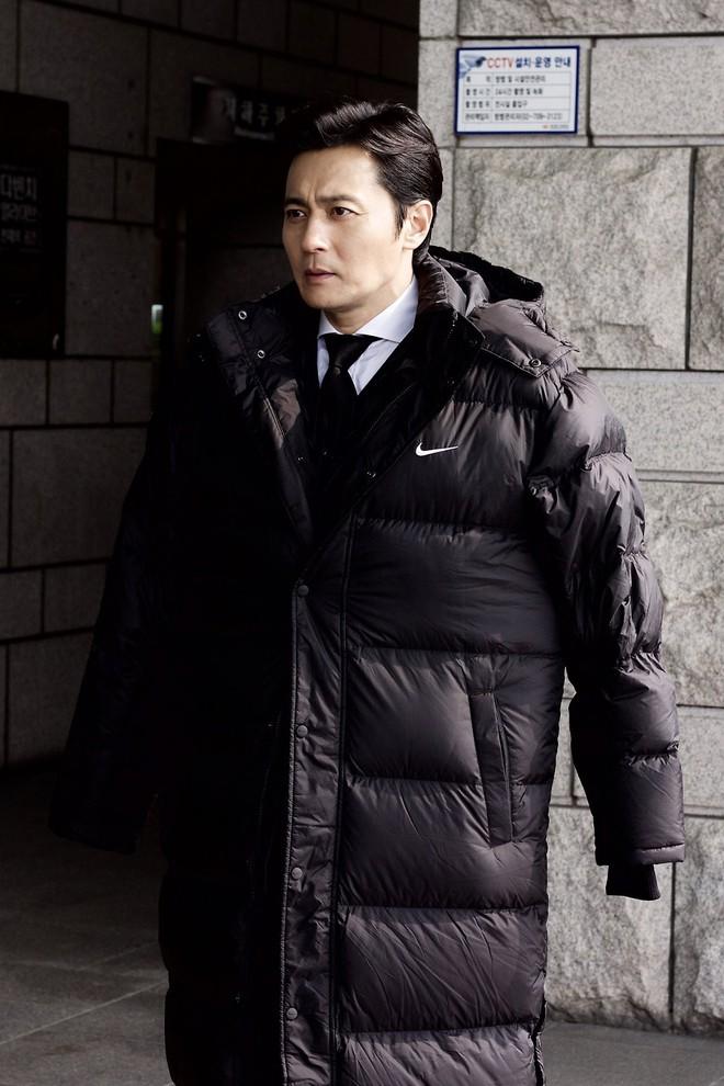 Choáng với ảnh hậu trường của tài tử Jang Dong Gun: Có ai da nhăn nheo nhưng vẫn đẹp cực phẩm như thế này? - ảnh 6