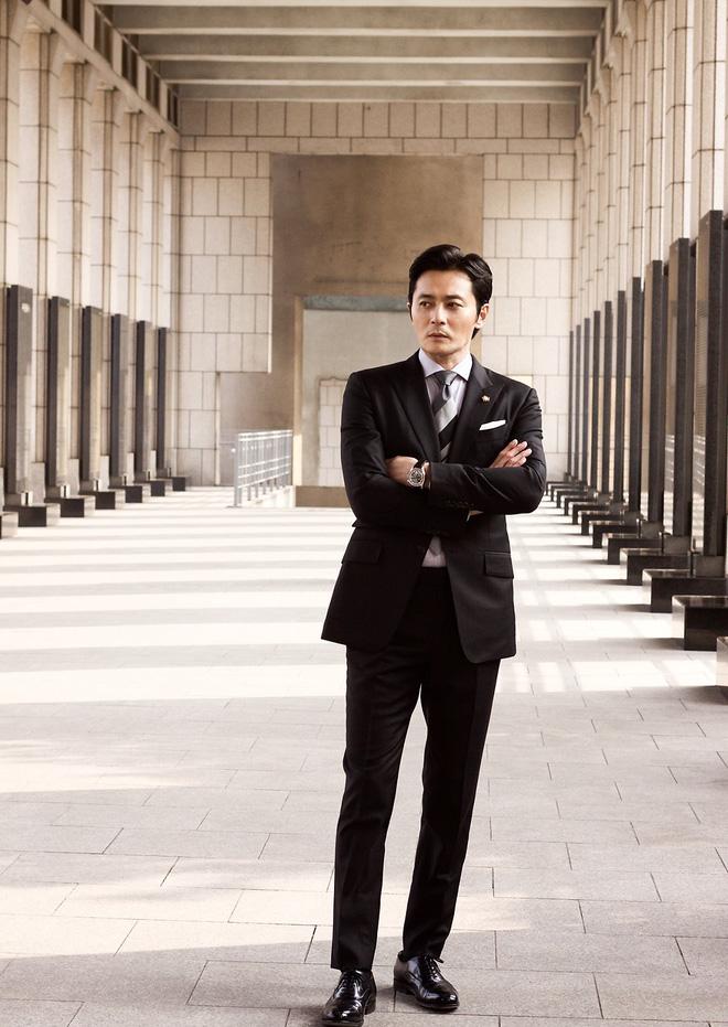 Choáng với ảnh hậu trường của tài tử Jang Dong Gun: Có ai da nhăn nheo nhưng vẫn đẹp cực phẩm như thế này? - ảnh 8