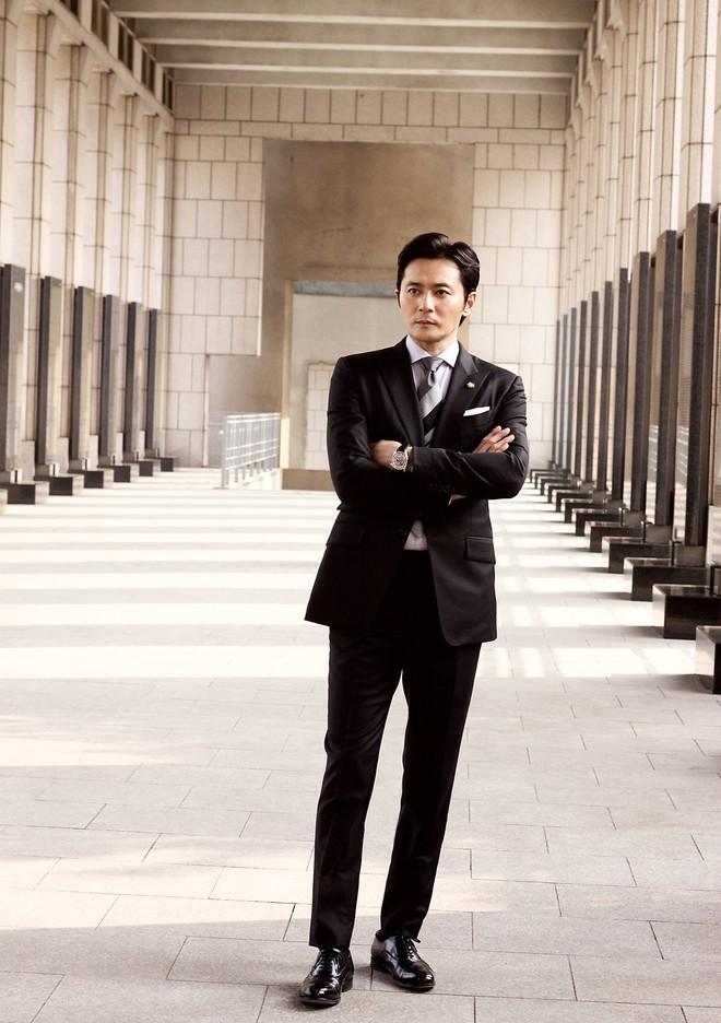 Choáng với ảnh hậu trường của tài tử Jang Dong Gun: Có ai da nhăn nheo nhưng vẫn đẹp cực phẩm như thế này? - ảnh 9