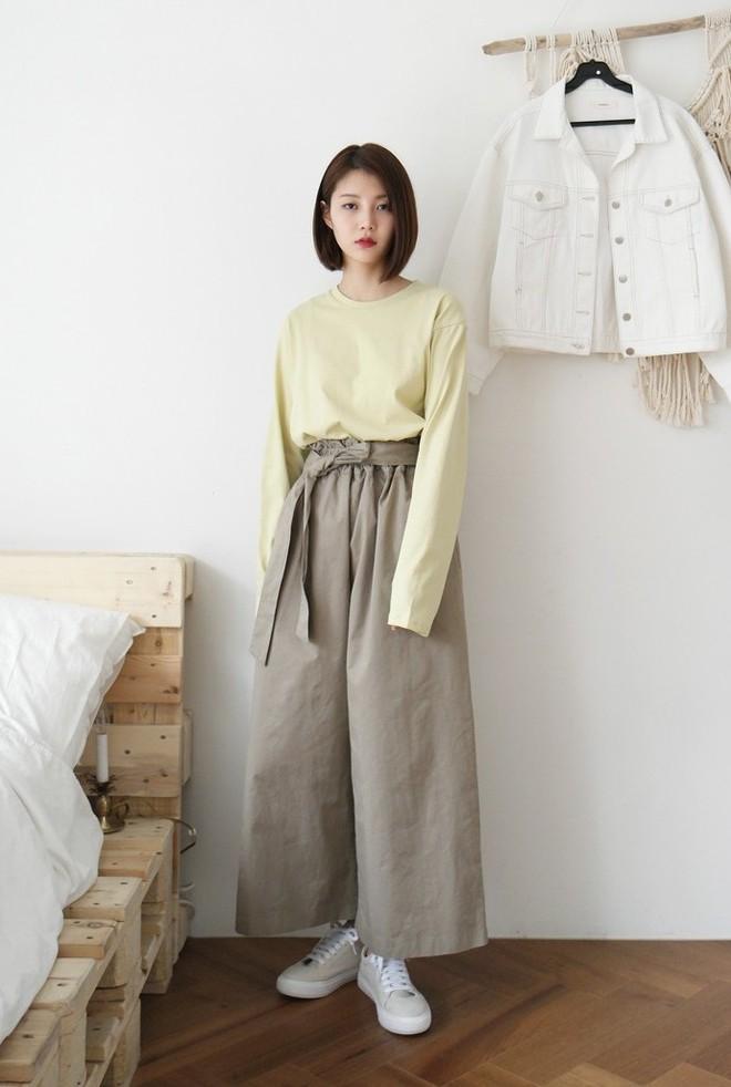 Hè này nếu mua quần culottes, bạn hãy chọn loại cạp chun bản to để sơ vin với áo gì cũng xinh - Ảnh 7.