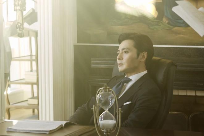 Choáng với ảnh hậu trường của tài tử Jang Dong Gun: Có ai da nhăn nheo nhưng vẫn đẹp cực phẩm như thế này? - ảnh 10