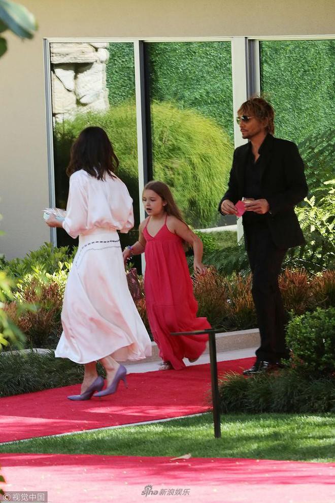 Công chúa của Beckham, Harper diện váy dài thướt tha đi dự tiệc cùng mẹ - ảnh 4