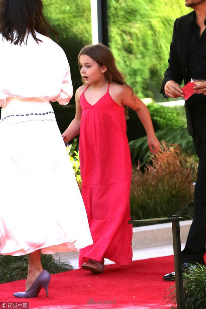 Công chúa của Beckham, Harper diện váy dài thướt tha đi dự tiệc cùng mẹ - ảnh 5