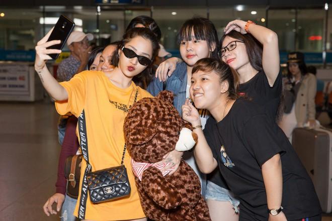 Mặc đêm khuya, fan vẫn đợi đến 1h sáng đón Bảo Anh trở về sau chuyến công tác Singapore - Ảnh 8.