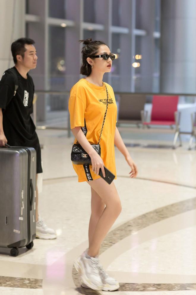 Mặc đêm khuya, fan vẫn đợi đến 1h sáng đón Bảo Anh trở về sau chuyến công tác Singapore - Ảnh 2.